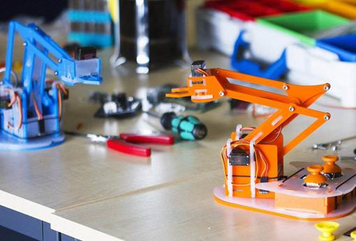 昆明西山区开设机器人课程让学生动手又动脑