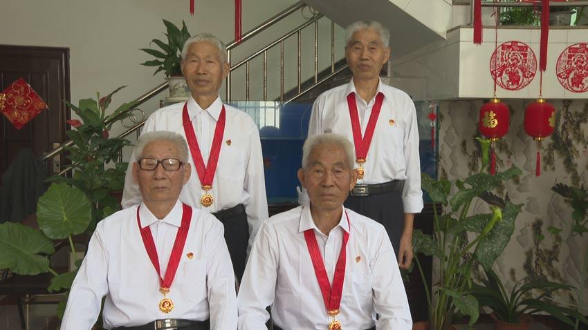"""云南一家四兄弟获颁""""光荣在党50年""""纪念章"""